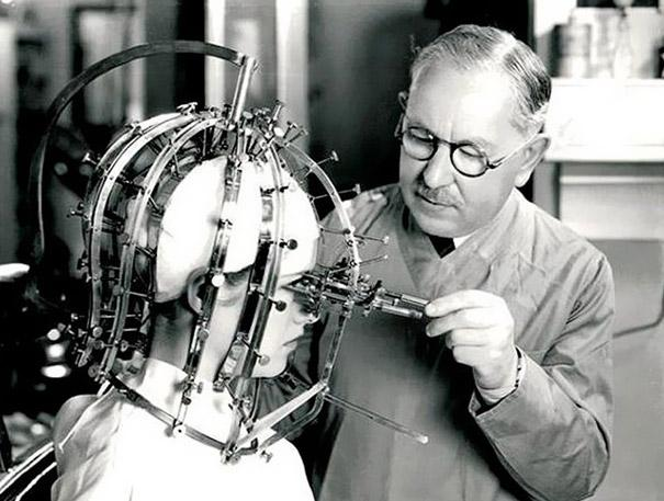This device from 1930, invented by Max Factor, helps correct the application of make-up