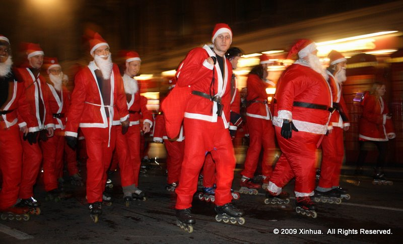 (1)BRITAIN-LONDON-CHRISTMAS-SANTA SKATE