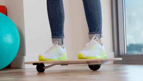 Simuluje akční sporty, pomáhá zlepšovat rovnováhu a spalovat kalorie. A taky se veje do káždého teenage bytu.