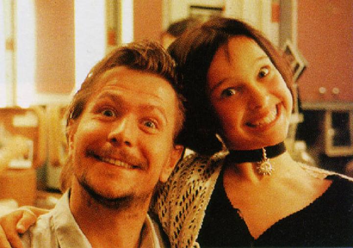 Gary Oldman se svou obětí Natalií Portman v Leonovi