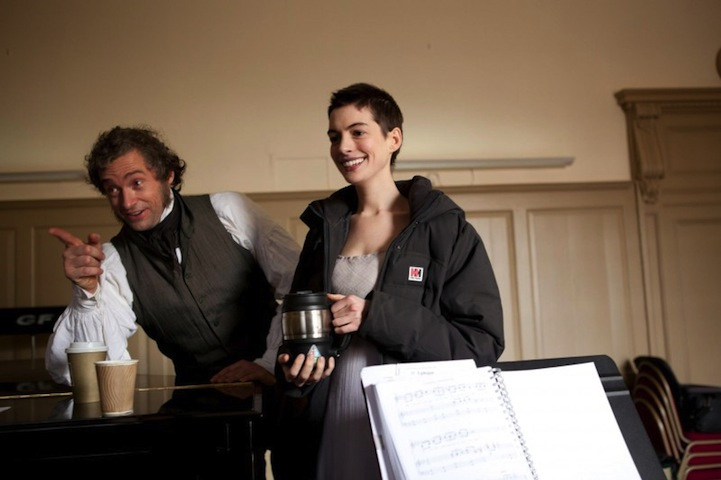 Anne Hathaway se chystá umřít v Bídnících, Hugh Jackman ukazuje na blížící se francouzskou revoluci