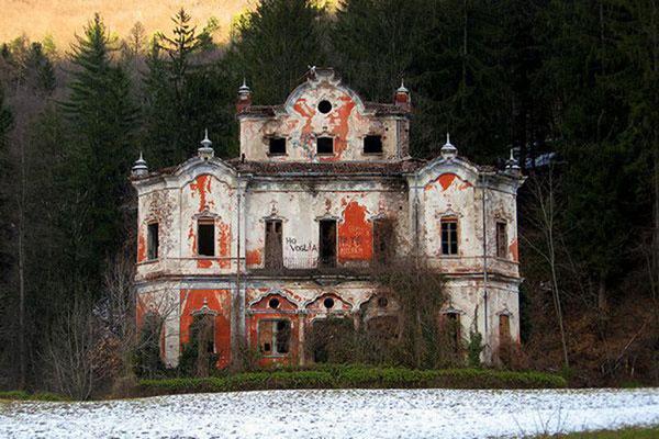 "Abandoned-""Villa-de-Vecchi""-The-Ghost-Mansion-Near-Lake-Como-Italy"