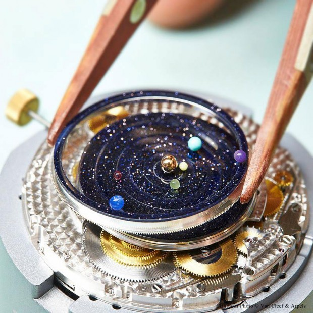 wristwatch-shows-solar-system-planets-orbiting-around-the-sun-1-620x620