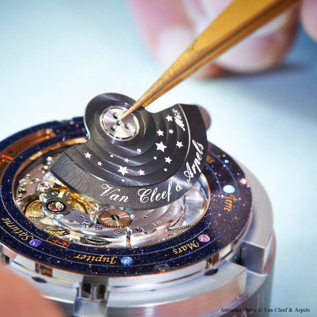 wristwatch-shows-solar-system-planets-orbiting-around-the-sun-2-620x620