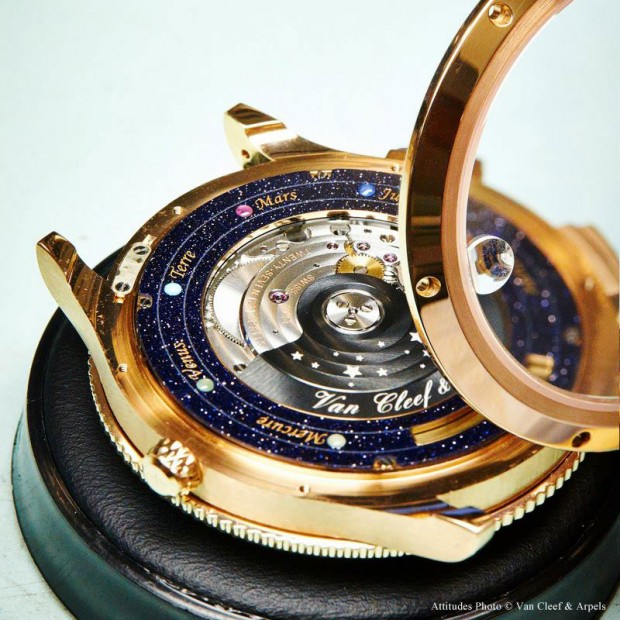wristwatch-shows-solar-system-planets-orbiting-around-the-sun-7-620x620