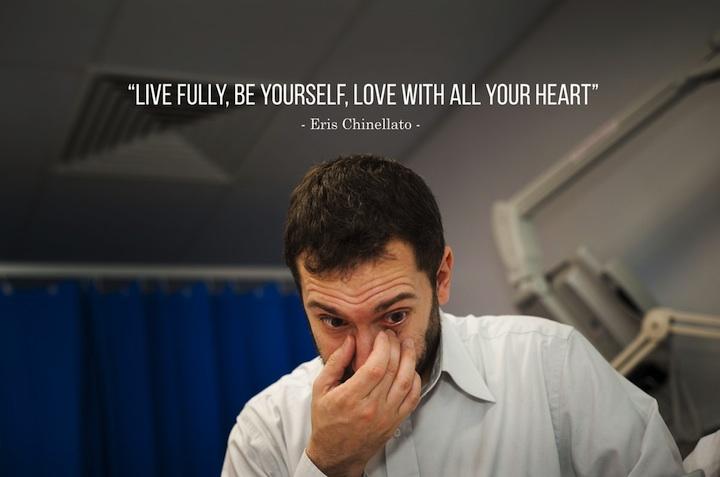 Žij naplno, buď sám/sama sebou, miluj celým svým srdcem.