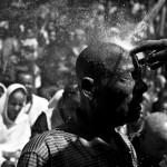 Svěcená voda z hadice očišťuje hříšníka