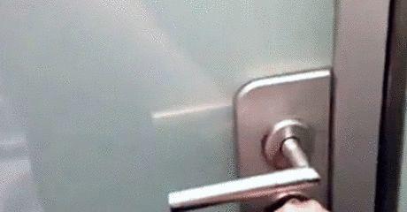 Sklo se stává automaticky matovým při uzamčení dveří
