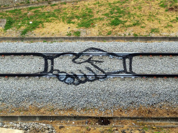 railway-train-tracks-portugal-street-art-artur-bordalo-1-600x449