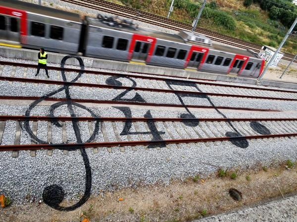 railway-train-tracks-portugal-street-art-artur-bordalo-2-600x450
