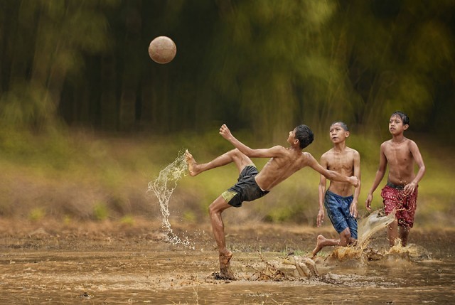 Life-In-Indonesian-Villages-Captured-by-Herman-Damar-11-640x429