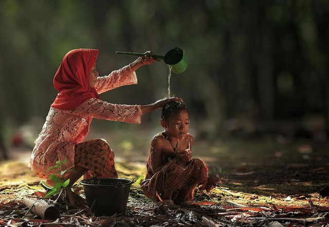Life-In-Indonesian-Villages-Captured-by-Herman-Damar-15-640x442