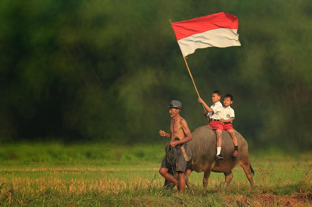 Life-In-Indonesian-Villages-Captured-by-Herman-Damar-16-640x426