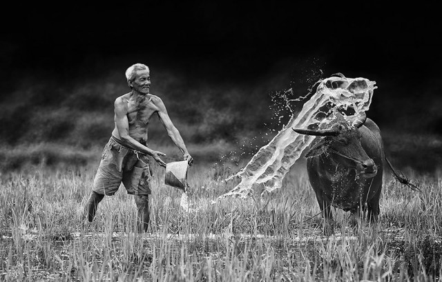Life-In-Indonesian-Villages-Captured-by-Herman-Damar-19-640x409