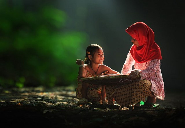Life-In-Indonesian-Villages-Captured-by-Herman-Damar-2-640x444