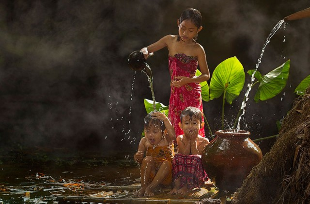 Life-In-Indonesian-Villages-Captured-by-Herman-Damar-7-640x420