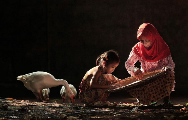 Life-In-Indonesian-Villages-Captured-by-Herman-Damar-8-640x410