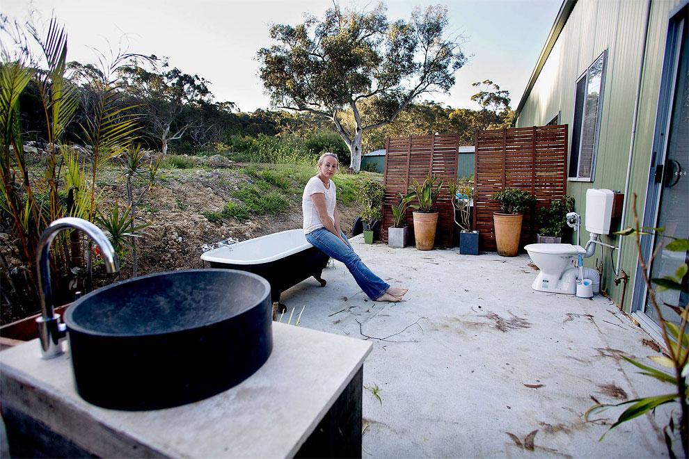 Austrálie - Umělkyně a její venkovní koupelna obklopená divočinou (Warren Clarke)