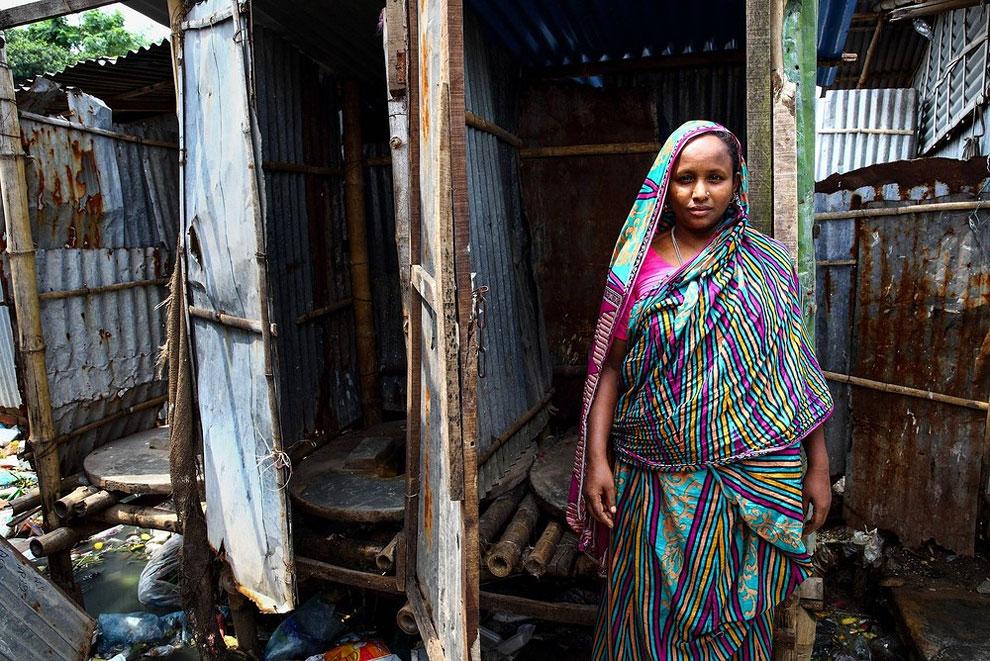 Bangladéš - sdílená toaleta ve slumu (GMB Akash)