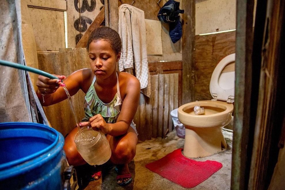 Brazílie - šestnáctiletá Lorena žije ve slumu, kde si teprve chystá koupelnu zařídit, zatím navštěvuje matčinu, ve které je ale voda jen ve čtvrtek a v neděli. (Eduardo Martino)