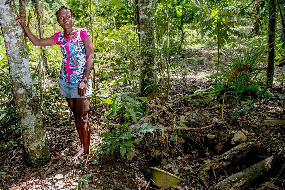 Haiti - Martine doma nemá toaletu, proto musí využívat díru v zemi, která je poblíž (Shiho Fukada)