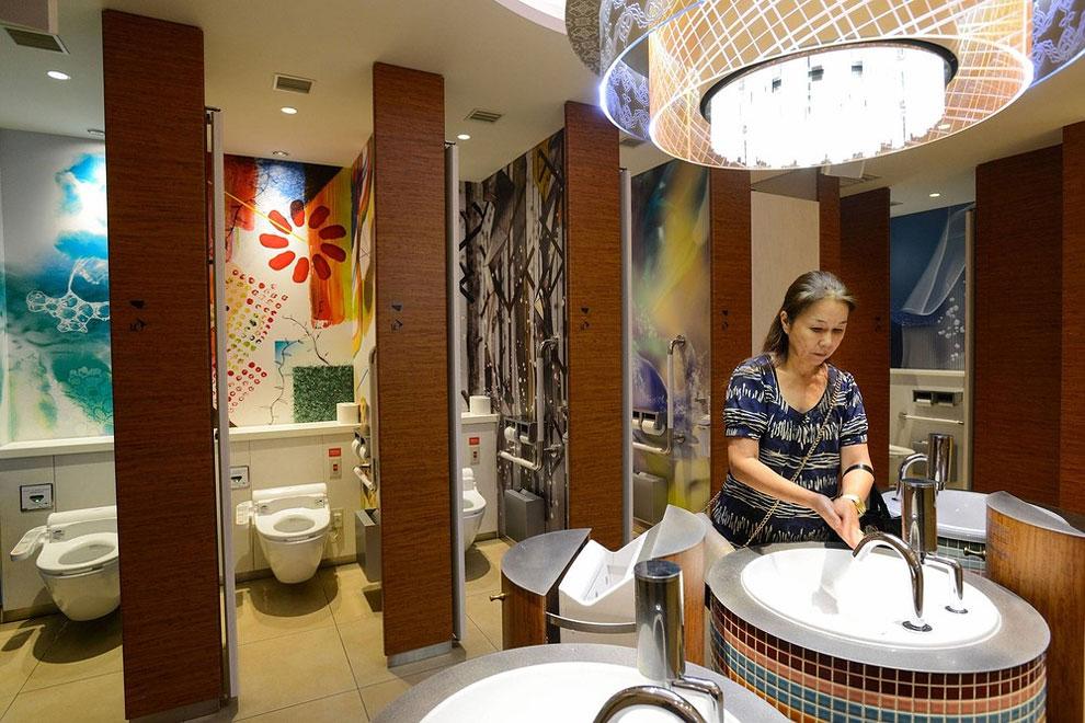 Japonsko - veřejné toalety v nákupním centru (Noriko Hayashi)