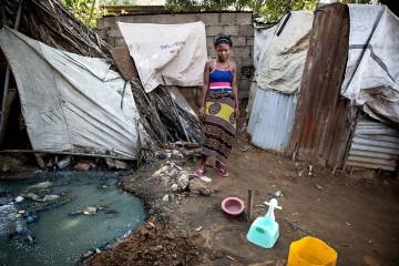 Mozambique - čtrnáctiletá Assucena sdílí provizorní toaletu s více než třiceti lidmi ( James Oatway)