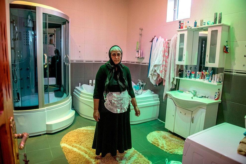 Rumunsko - tato paní údajně vlastní největší koupelnu ve vesnici (Petrut Calinescu)