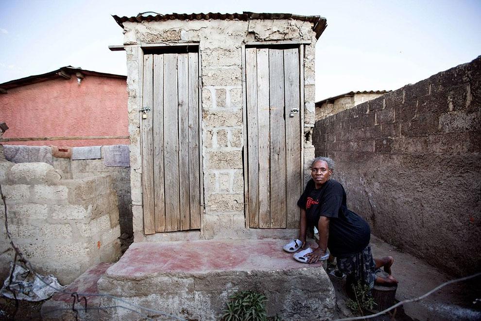 Zambie - školní záchody pro handicapované děti ( James Oatway)