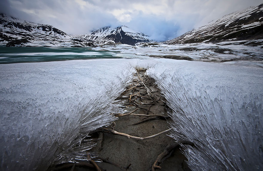 winter-art-see-the-most-amazing-ice-and-snow-formations-85385