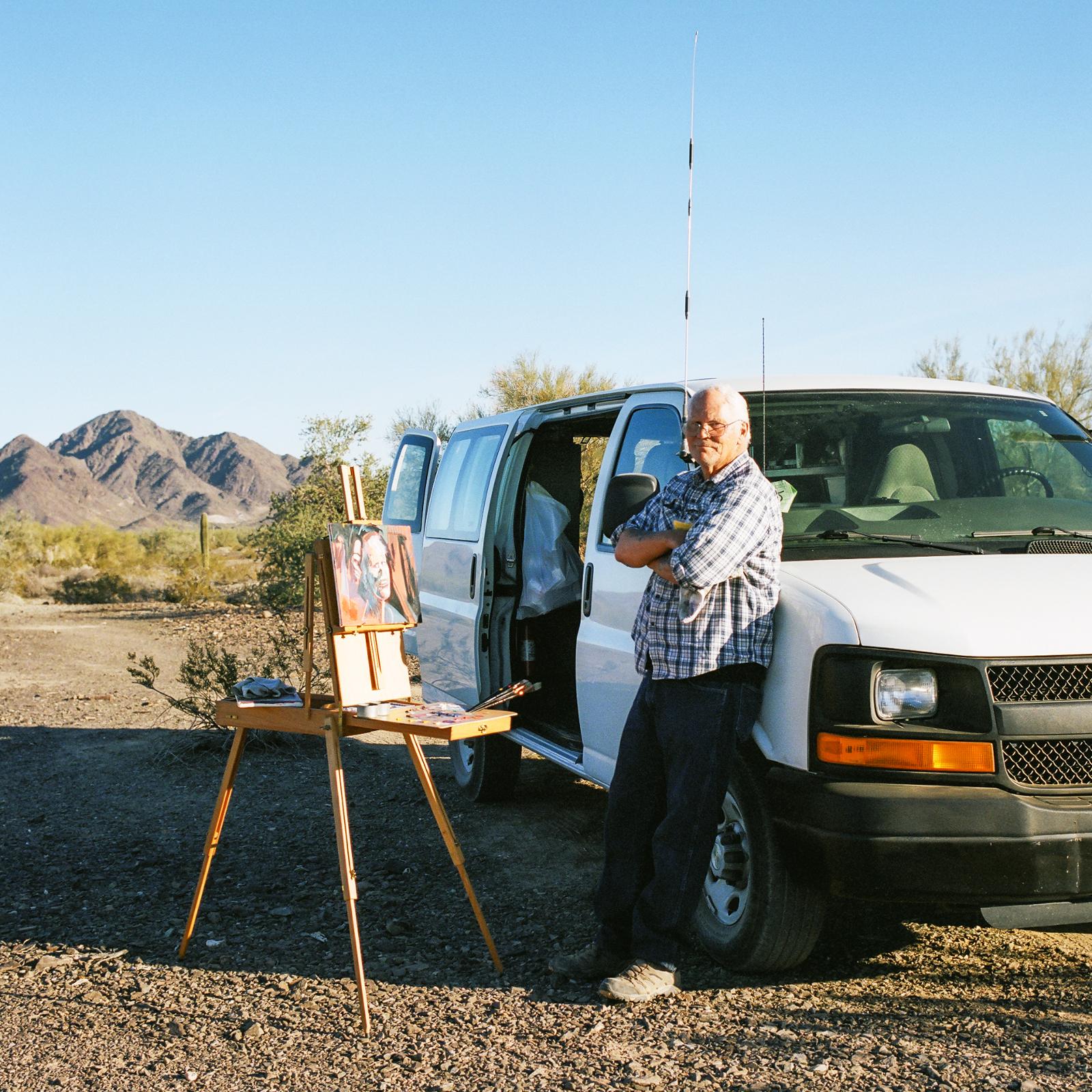 Phil Morrell se svým portrétem, Quartzsite, Arizona, 2013 -