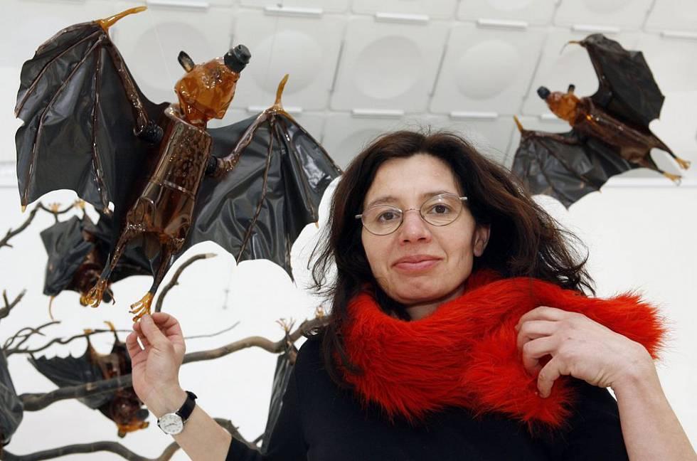 Veronika Richterová s plastovými netopýry