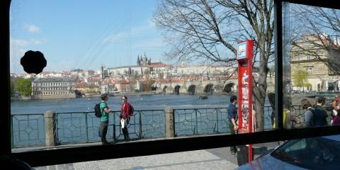 Praha oknem tramvaje