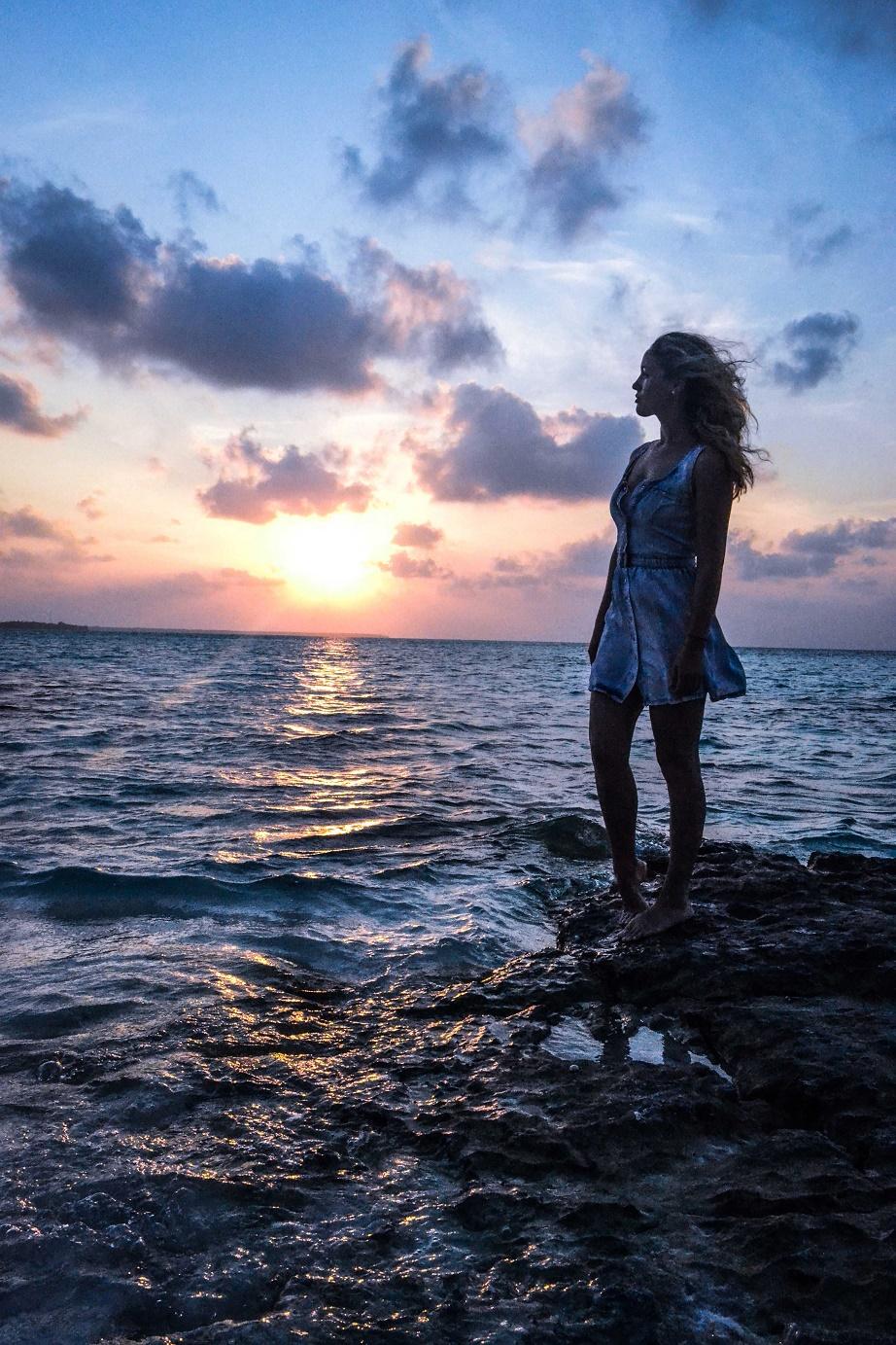 Východ slunce. Ostrov Fulhadhoo