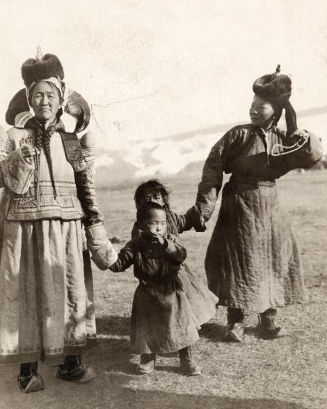 Ruku v ruce - Matka kráčí s jejími dětmi v severním Mongolsku (1913)