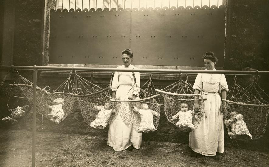 Jesle za války - Ženy se starají o děti žen, které pracují v továrně ve Francii v období 1. světové války. (1918)