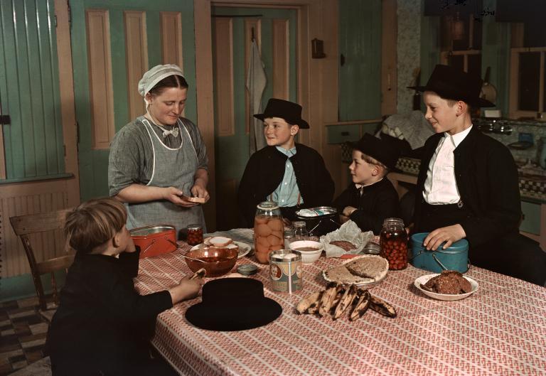 Čerstvé z farmy - Matka natírá synův čerstvý domácí chléb, který poté vloží do jeho svačinové plechovky se zavařeným ovocem a koláčem. V amiššské rodině v Lancaster County v Pennsylvánii (1938)
