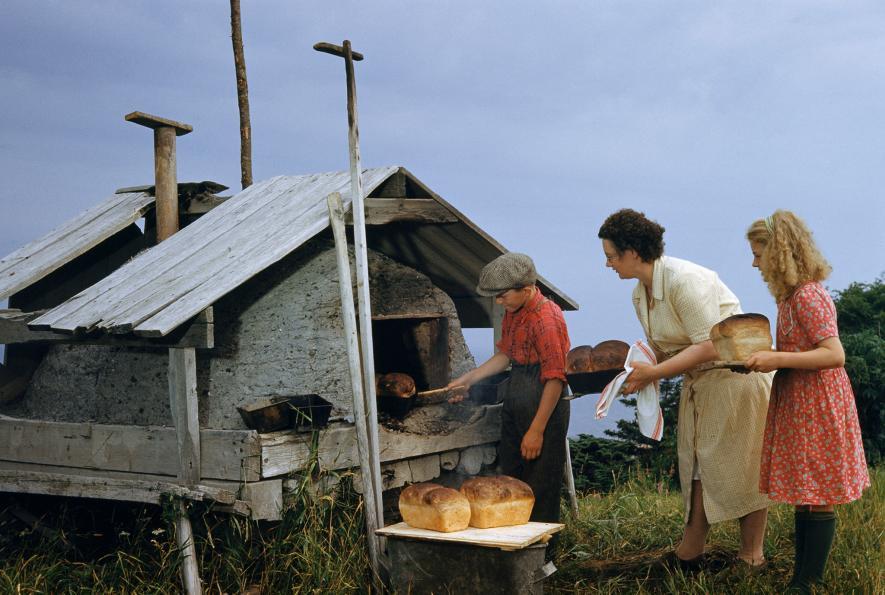 Zaměstnání pro život - Matka a její děti vyndavají pecen chleba z trouby na poloostrově Gaspe v Quebecu v Kanadě (1950)