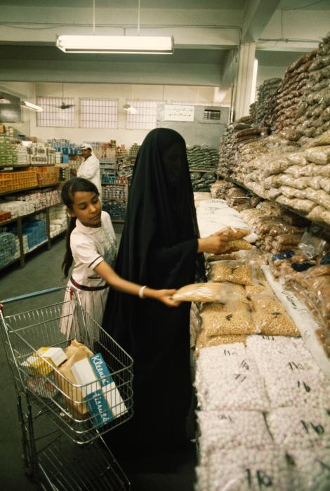 Měnící se móda - Matka a dcera nakupují v super-marketu v Kuvajtu (1969)