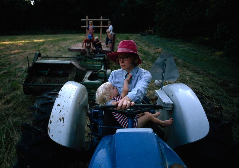 Multitasking - Matka kojí jednoho z jejích šesti synů a přitom řídí traktor (1976)