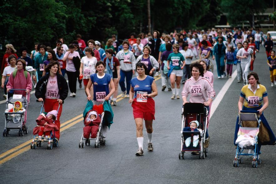 Běž, batole, běž!  -Matky běží s kočárky při Alaskas Women Run v Anchorage na Aljašce. (1988)