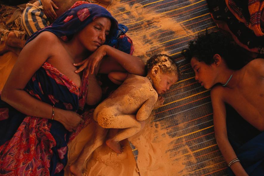 Spánek  v písku  -Během horkého poledne matka se svými dětmi odpočívá poblíž Timbuktu v Mali (1998)