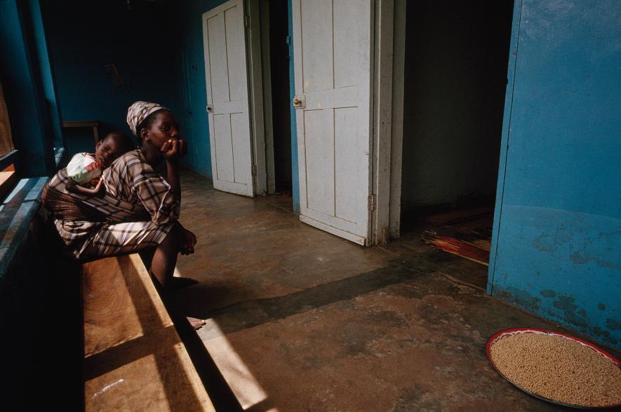 Čekárna - Matka a její díře čekají na doktora v čekárně v Kersey Home v Ogbomošo v Nigérii (1990)