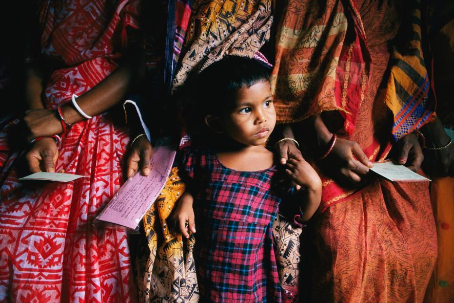 Blízko sobě - Dítě se choulí k její matce v klinice v Bangladéši (2003)