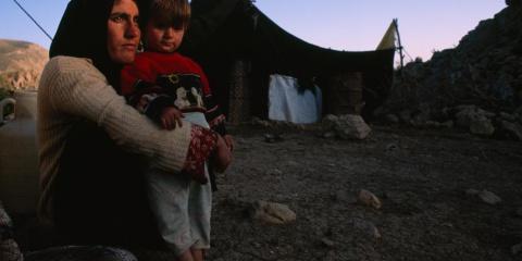 Zrak mířící k slunci - Matka drží svého syna blízko jejich stanu horách Zagros v Íránu (2006)