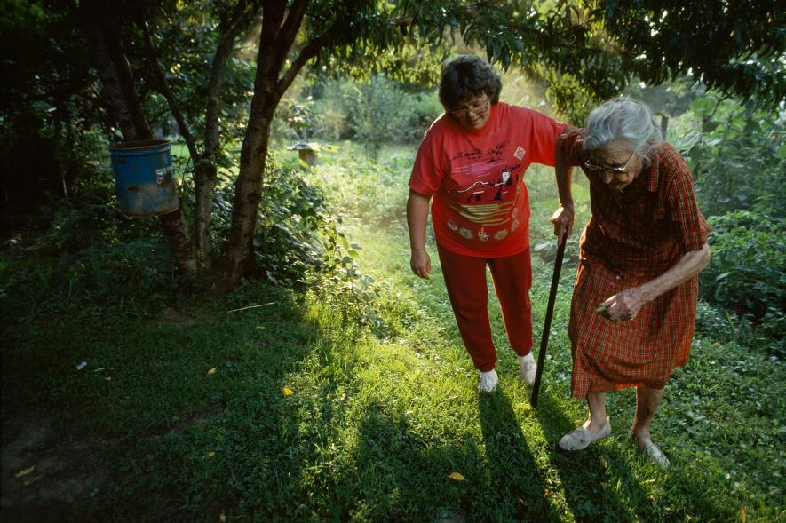 Maminky pomocnice - Žena pomáhá své nevlastní matce  na zahradě v Letcher County v Kentucky (1993)