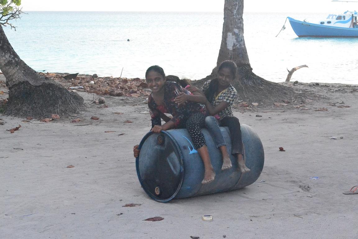 Holky jedou na motorce za blizkyma prý :)