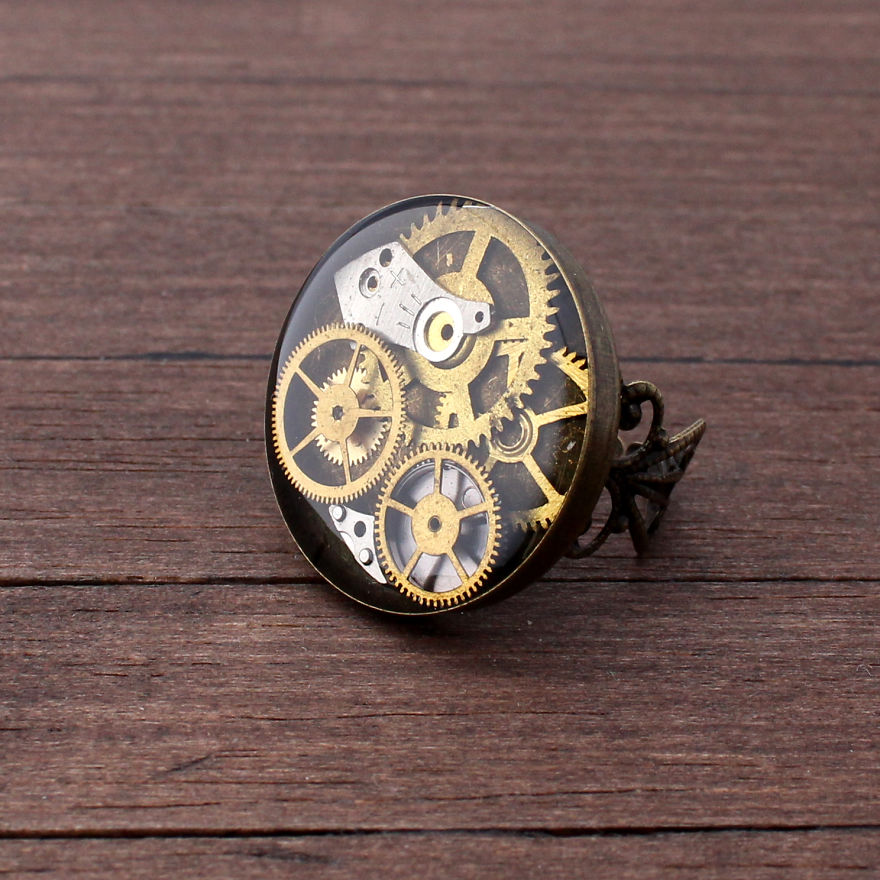 Lithuanian-Artist-Creates-Steampunk-Jewelry-Using-Old-watch-parts11__880