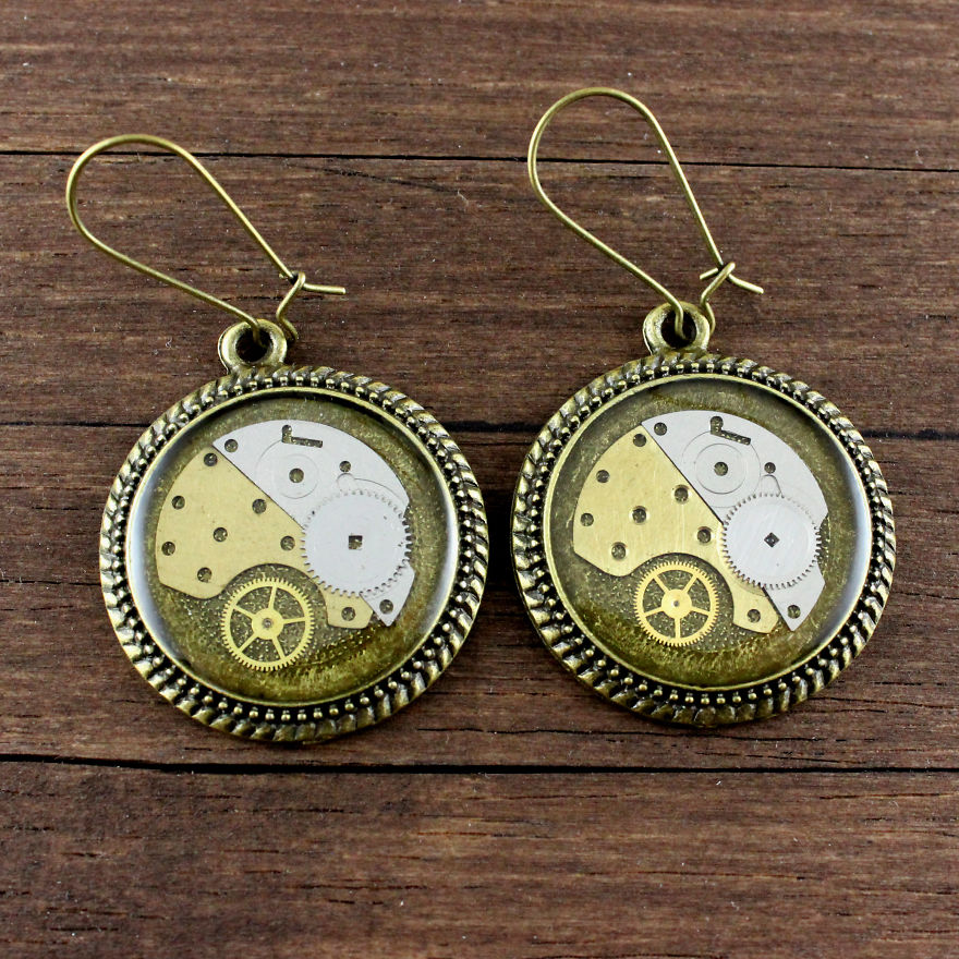 Lithuanian-Artist-Creates-Steampunk-Jewelry-Using-Old-watch-parts19__880