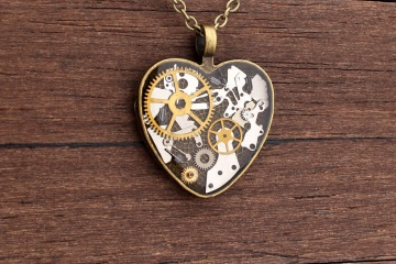 Lithuanian-Artist-Creates-Steampunk-Jewelry-Using-Old-watch-parts6__880